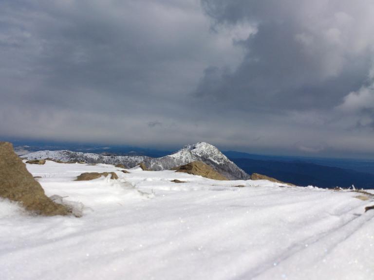 Les Agudes y el cielo amenazador hacia el norte